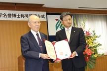 赤﨑勇先生に鹿児島大学名誉博士の称号を授与