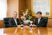 朝山毅奄美市長と前田芳實学長との対談が行われました。
