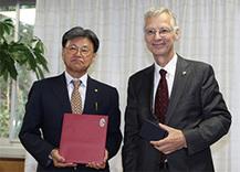 ヴェルナー・ケーラー総領事が前田芳實学長を表敬されました