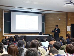 「大学と地域」で佐野 輝学長が講義を行いました