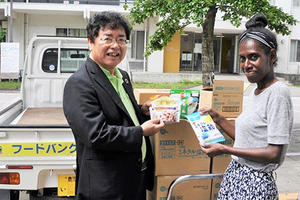NPO法人「フードバンクお助けマン霧島」から塩飴とアルファ米を留学生へ寄贈