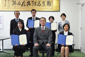 蟹江松雄賞授与式を挙行、学生4名が受賞
