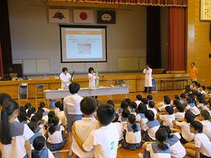 理工学研究科技術部が宇宿小学校で出前授業「おでかけ実験隊」を実施しました