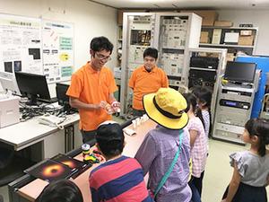 子どもたちと理科実験。理工学研究科技術部が「八重山高原星物語2019」にブースを出展しました