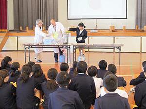 理工学研究科技術部が武岡台小学校で「おでかけ理科教室」を実施