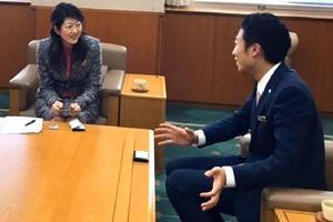学生が「内閣府青年国際交流事業」の参加成果を鹿児島県副知事に報告