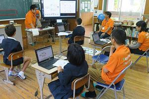 理工学研究科技術部が奄美大島の小・中学校で「楽しく学ぶロボットプログラミング体験教室」を実施