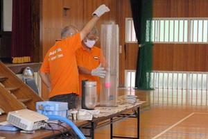 理工学研究科技術部が鹿児島市内の小学校で「おでかけ理科教室」「おでかけ実験隊」を実施