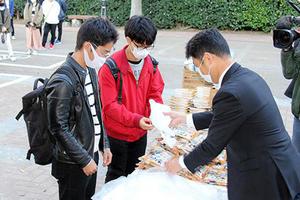 生協コープかごしま様から学生に手作りマスクや食品を寄贈いただきました